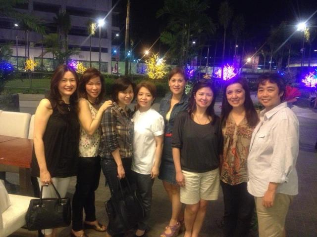Stef is in the middle between Maribeth Ang-Wong (checkered blouse) and Arlene Ayuste (denim blazer), among high school batchmates. ;)