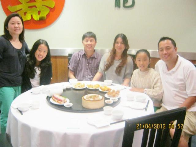 from left: Hazel, their daughter Kimy, Your Loyal Blogger, Mahal, Hannah and my brother George.  in front of us is what remains of a humongous dimsum / yumcha lunch :p