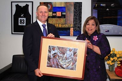 Prime Minister Key warmly accepts the token of appreciation from the Pinoy community in NZ from Ambassador Virginia Benavidez